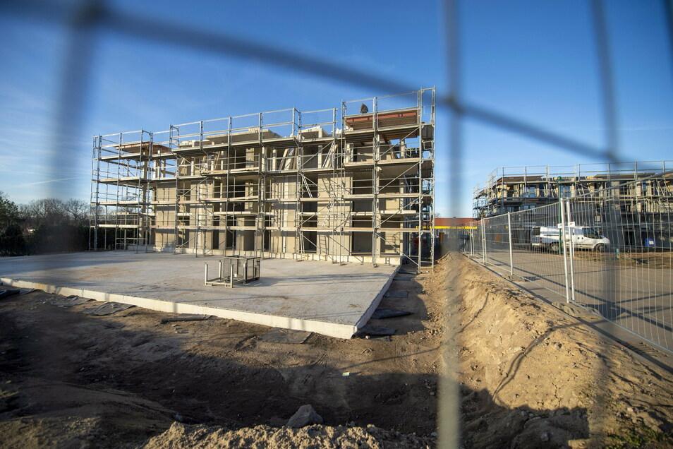Die im Bau befindliche Seniorenwohnanlage an der Dresdner Straße in Weinböhla ist rohbaufertig - das teilte der Investor Uwe Köhn jetzt mit.
