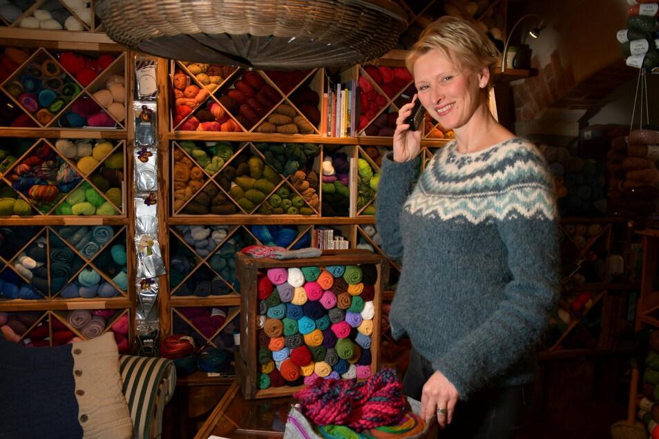 """Die passende Wolle für einen neuen Schal: Im """"WollFühlLaden"""" von Katja Kümmelberg in Großerkmannsdorf ist die Auswahl groß. Die Inhaberin freut sich, dass sie durch Click & Collect wieder mit mehr Kunden in Kontakt kommt."""