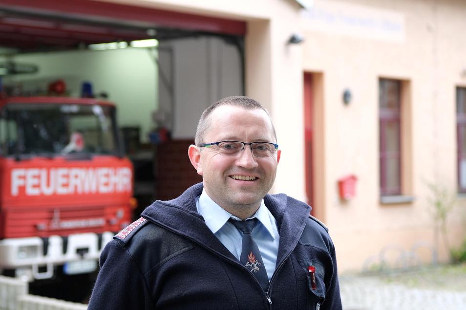 Der 40-jährige Marcus Schmuck ist Berufsfeuerwehrmann und Gemeindewehrleiter in Käbschütztal.