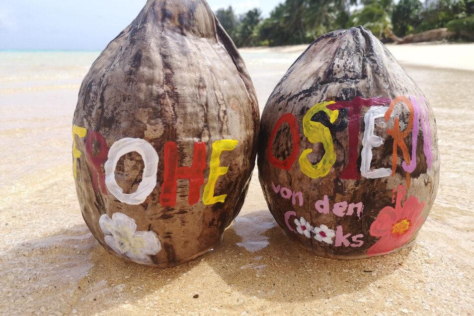 Die Gestrandeten haben Kokosnüsse wie Ostereier angemalt und für die jeweils anderen versteckt.