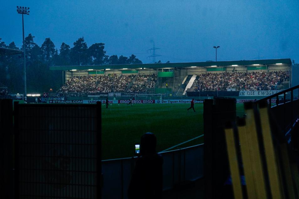 Dunkel wars, der Anpfiff verzögerte sich: Das Stadion des SV Sandhausen ohne Flutlicht.