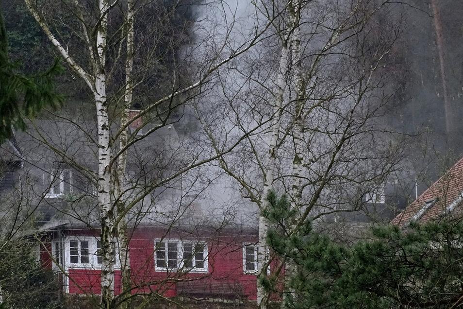 Warum es in dem Wochenendhaus in Rathen brannte, ist noch unklar.