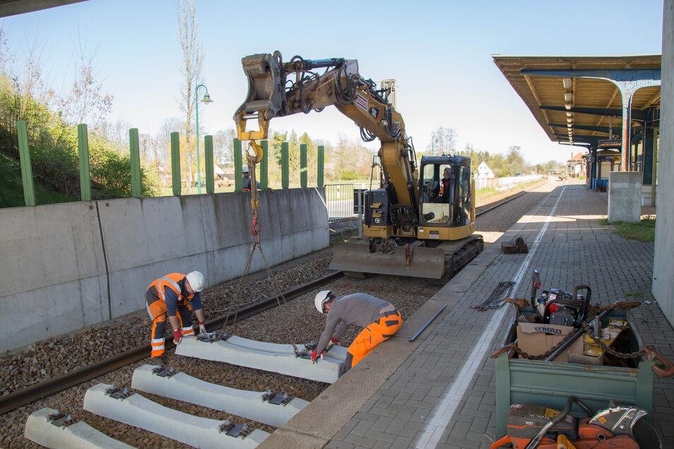 Vor Kurzem wurden am Bahnsteig in Horka die Schwellen ausgetauscht, voraussichtlich ab 2023 soll die gesamte Anlage erneuert werden.