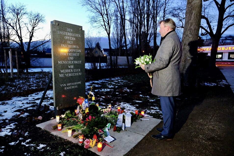 Am Mahnmal auf dem Rosa-Luxemburg-Platz legte am Holocaustgedenktag Oberbürgermeister Bert Wendsche einen Strauß Blumen nieder.