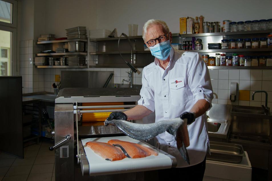 """Wolfgang """"Wolle"""" Förster bei der Sushi-Zubereitung, Silvester feiert er mit besonderer Begleitung."""