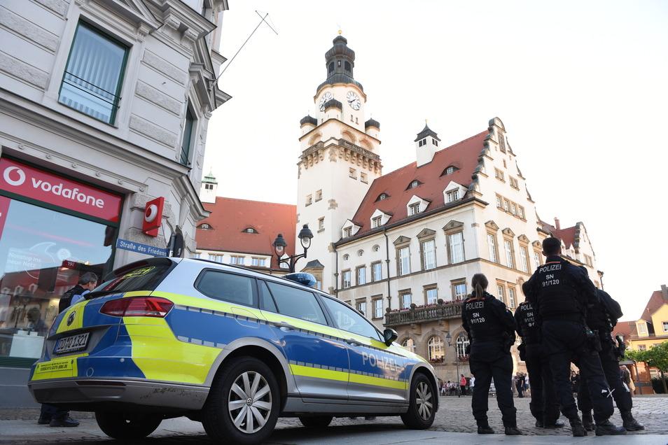 Mehrere Polizeibeamte, teilweise auch aus der Bereitschaftspolizei, sicherten die Versammlung am Montag auf dem Döbelner Obermarkt ab.