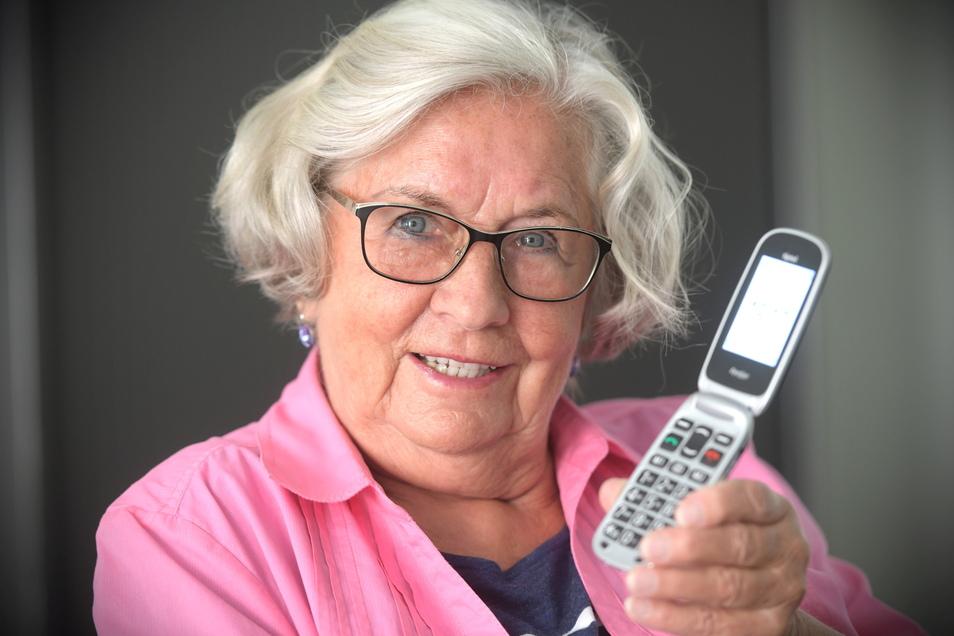 Ingrid Weidner mit ihrem Handy, mit dem sie derzeit nur selten telefonieren kann.