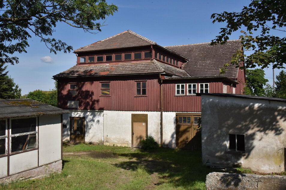 Die Ölmühle ist ein markantes Gebäude mitten in Pretzschendorf, steht aber leer. Nun kommt es unter den Hammer.