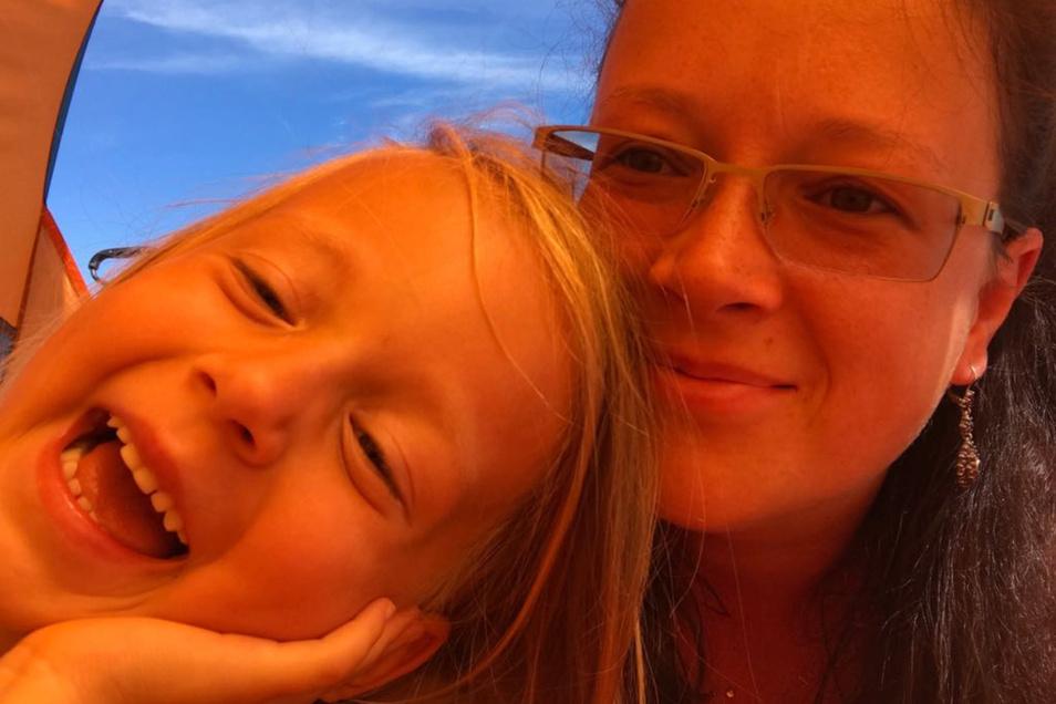 Nadine Winkler – hier mit ihrer Tochter, die jetzt in die Schule kam – wird Ende September heiraten. Dank einer Knochenmarkspende hat sie überlebt. Ihre Mutter will 2020 einen weiteren Spendertag für alle Betroffenen am BSZ Großenhain organisieren.