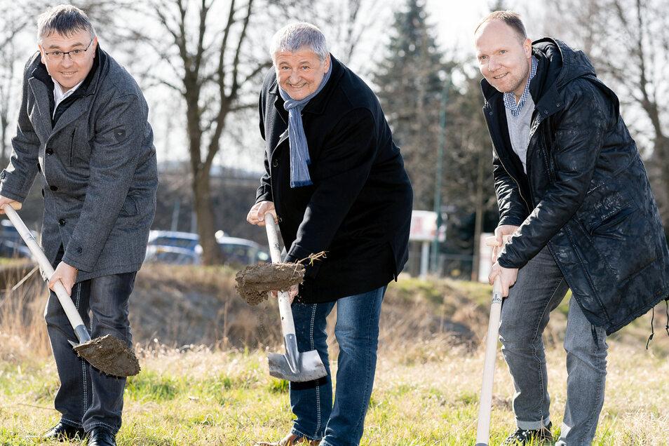 Spatenstich für das neue Rewe-Einkaufscenter in Neustadt: Rene Gollasch von Hoch-und Tiefbau Luckau, Bürgermeister Peter Mühle, Torsten Lanz, Projektleiter von Saller (v.l.n.r.)