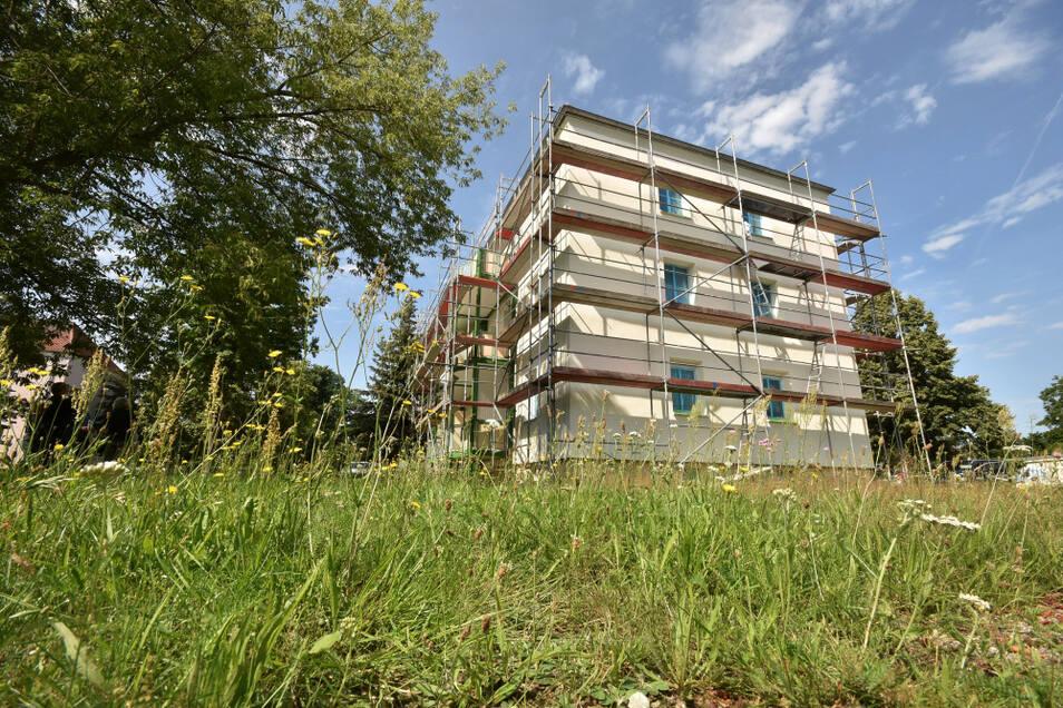 Viel Grün, ziemlich ruhig, nur drei Geschosse und Balkone für alle Wohnungen – das Haus Alte Berliner Straße 13 a-d bekommt jetzt einen frischen Anstrich. Das gesamte Wohngebiet Am Elsterbogen genießt eine überdurchschnittliche Nachfrage.