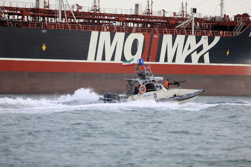 """Ein Schnellboot der iranischen Revolutionsgarden umkreist den unter britischer Flagge fahrenden Öltanker """"Stena Impero"""" der schwedischen Reederei """"Stena Bulk"""". Die iranischen Revolutionsgarden hatten den Öltanker am Freitag in der Straße von Hormus mit de"""