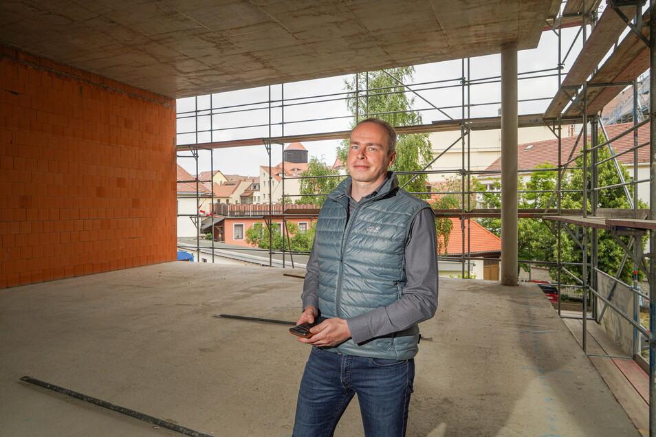 In die noch offenen Wände hinter Stefan Zuschke vom Sorbischen National-Ensemble werden bald Glasscheiben eingesetzt. Spaziergänger sollen dann dem Ensemble beim Proben zuschauen können.