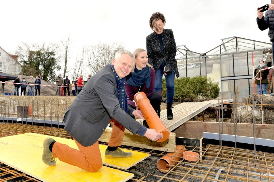 Der Grundstein ist gelegt, die Zeitkapsel versenkt: Thomas Krusekopf, Frau Carmen und dazwischen Tochter Emily, die inzwischen als fünfte Generation im Familienunternehmen mitarbeitet.