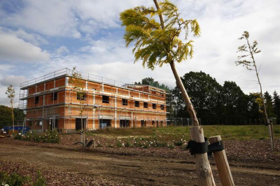 Das Gebäude wird das Büro- und Besucherzentrum des Mammutgartens Kohout am Lerchenberg in Prietitz. Hier wurden bereits 35 000 Tonnen Erde bewegt, vier Hektar Gelände modelliert, 50 Tonnen Bordsteine verbaut und erste Pflanzungen angelegt.