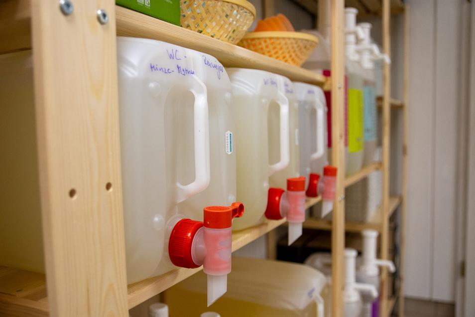 Reinigungsmittel werden zwar in großen Plastikkanistern angeboten, doch die gehen leer an den Anbieter zurück und werden neu befüllt.