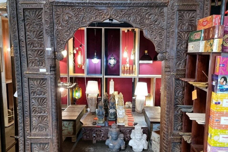 Ein indisches Tor und andere orientalische Stücke sollen entsprechendes Flair in der neuen Teppich-Abteilung des Meißner Einrichtungshauses Schmidt zaubern. Für den Umbau müssen alle Teppiche raus.