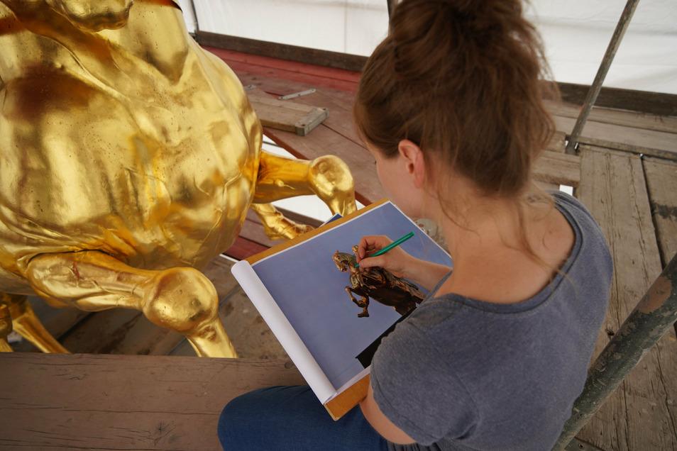 Studentin Anna-Maria Schuch-Baensch kartiert am Dienstag die Schäden am Goldenen Reiter.