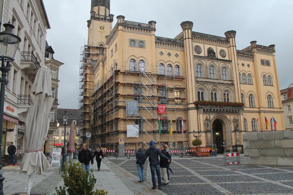 An der oberen Fensterreihe auf der linken Rathausseite ist das neue, spiegelnde Glas gut zu erkennen.