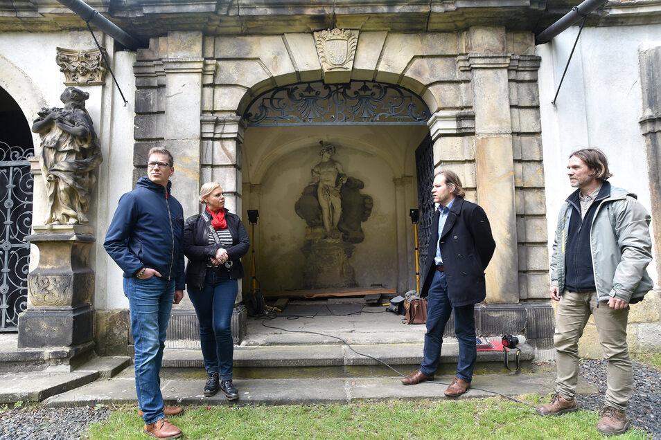 Die Spender Steffen und Birgit Bollmann im Gespräch mit Zittaus Museumsdirektor Peter Knüvener und Restaurator Andreas Muth (von links) vor dem Grufthaus Besser.