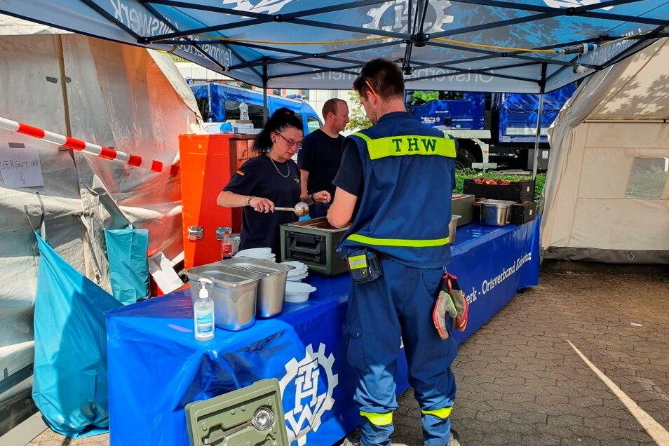 Die Einsatzgruppe des THW Kamenz verteilte Essen an die Hilfskräfte. Hier gibt Stefanie Genzel Mahlzeiten aus. Zwischen 500 bis 900 Personen mussten täglich versorgt werden.