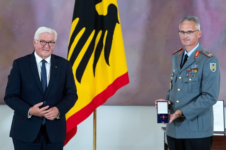 Brigadegeneral Jens Arlt (r), Kommandeur der militärischen Evakuierungsoperation aus Afghanistan, und Bundespräsident Frank-Walter Steinmeier stehen nach der Verleihung des Verdienstkreuzes 1. Klasse im Schloss Bellevue zusammen.