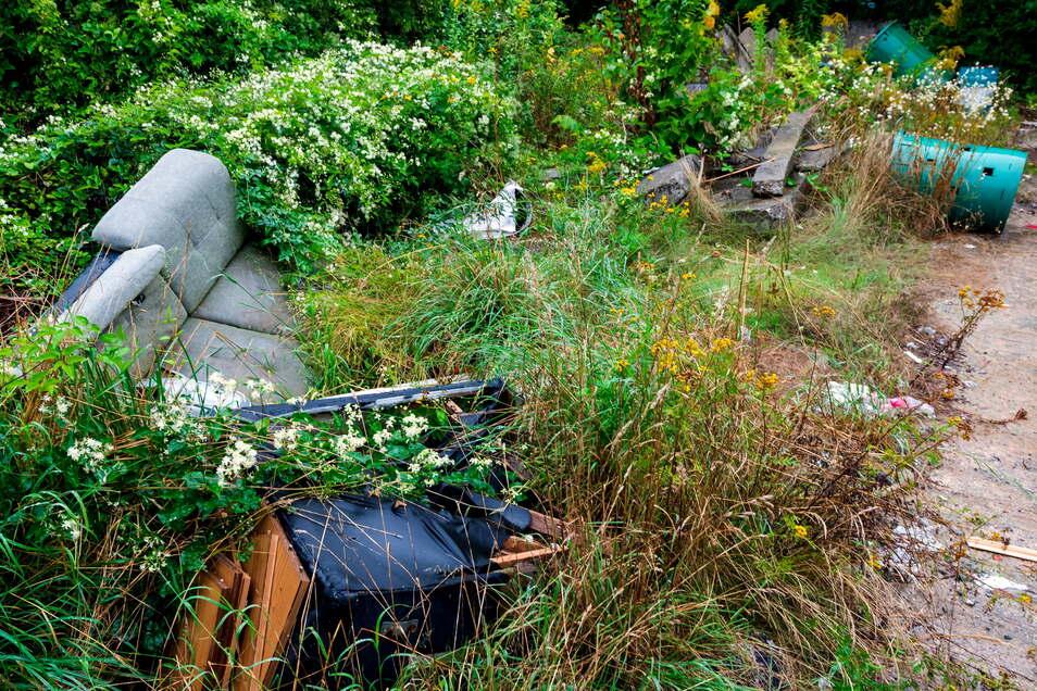 Eine alte Couch, Fässer, Plaste, Betonplatten und mehr liegt auf Bautzens wildester Mülldeponie hinter dem Marktkauf-Areal.