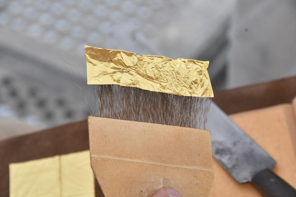 Die einzelnen Goldstreifen werden mit einem Eichhörnchenhaar(Feehaar)-Pinsel aufgenommen.