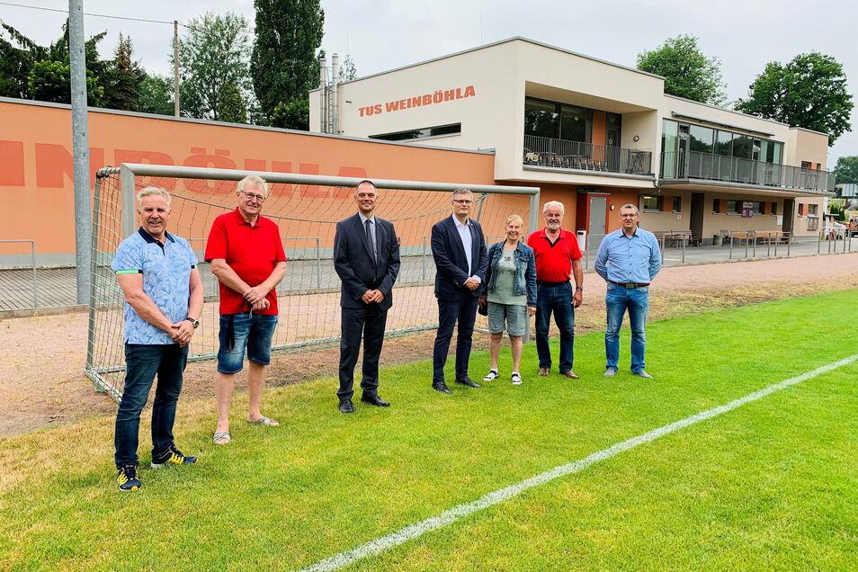 Unter Sportlern: Landrat Ralf Hänsel (dritter von links) besichtigt mit Bürgermeister Siegfried Zenker (vierter von links) das Areal der TuS Weinböhla.