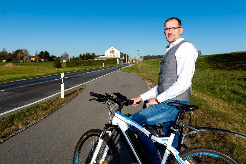 Bürgermeister Andreas Langhammer ärgert sich, dass der Radweg neben der Straße nach Hauswalde noch nicht gebaut wird.
