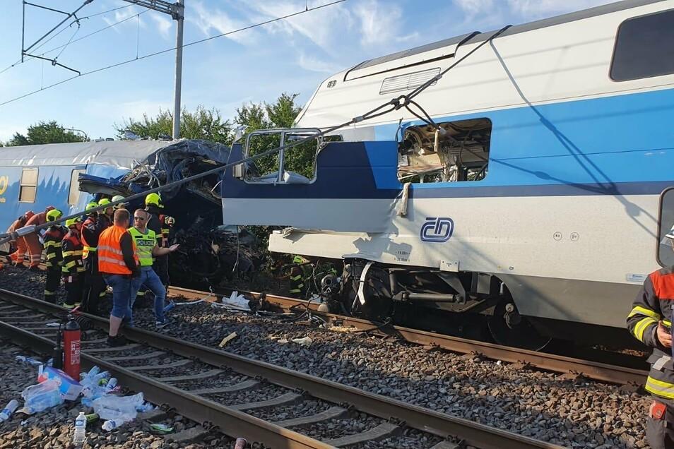 Kameraden der Feuerwehr entkeilen am Mittwochvormittag die zwei verunglückten Züge.