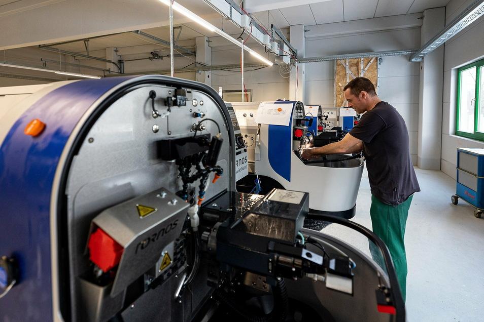 Sven Seidel stellt hier die neuen Nano-Maschinen ein, mit denen auch kleinere Teile als bisher gefertigt werden können. Ein möglicher Kunde dafür ist die Uhrenindustrie.