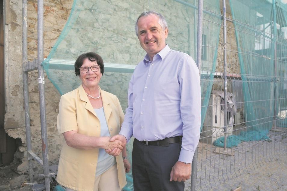 Marianne Pfeil nimmt die Glückwünsche von Thomas Schmidt entgegen. Der Staatsminister war diese Woche in Strehla, um sich den Baufortschritt an der Julius-Scharre-Straße 9 selbst anzusehen. Das Projekt wird mit Fördergeldern unterstützt.