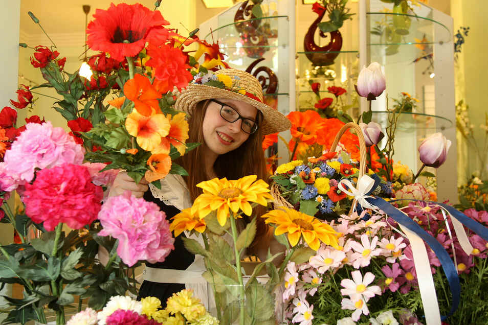 Das Haus der Deutschen Kunstblume hier mit Blumenmädchen Daniela Ringel, hat an Besuchern deutlich zugelegt.