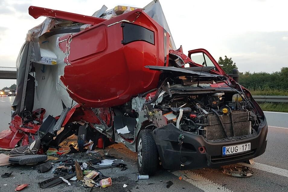 Von dem Möbeltransporter mit Kennzeichen aus Litauen blieb nicht viel übrig.
