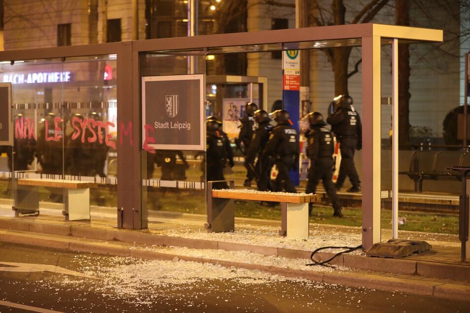 """Aus einer Demonstration gegen das Verbot der Plattform """"Linksunten.Indymedia"""" heraus flogen Steine auf die Polizei. Autoscheiben und das Glas eines Wartehäuschens der Straßenbahn gingen zu Bruch."""