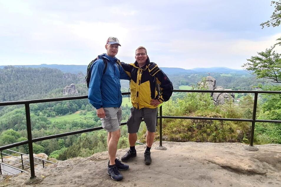 Jan Lorenz (rechts) von der Miniaturwelt Kleine Sächsische Schweiz in Dorf Wehlen mit seinem Freund Tino.