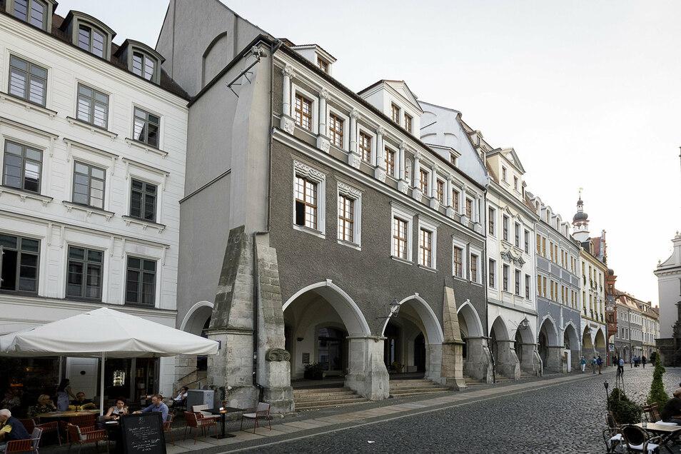 """Links das Hotel Emmerich mit dem Restaurant """"Horschel am Untermarkt 1, daneben unter den Arkaden die neue Weinbar """"Benigna""""."""