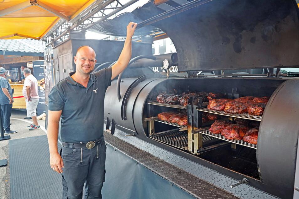 Im vergangenen Jahr war Patrick Bruns aus Goslar mit seinem selbstgebauten, acht Meter langen Smoker dabei.