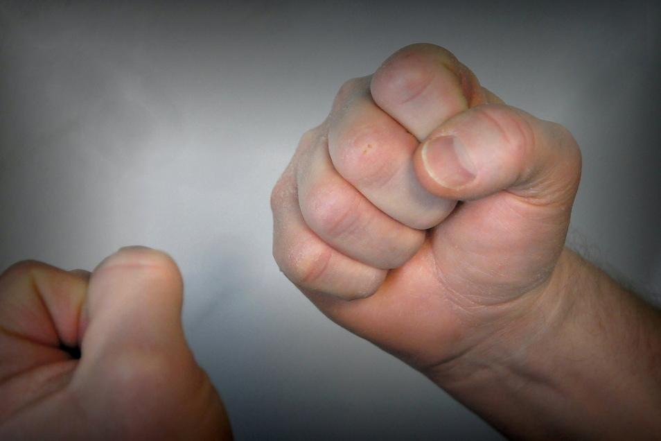 Symbolbild: Die Täter schlugen auf den Teenager ein.