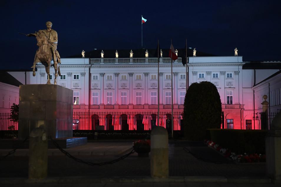 Blick auf den Präsidentenpalast, der anlässlich des 229. Jahrestages der Verabschiedung der Verfassung in den Farben Weiß und Rot beleuchtet wurde.