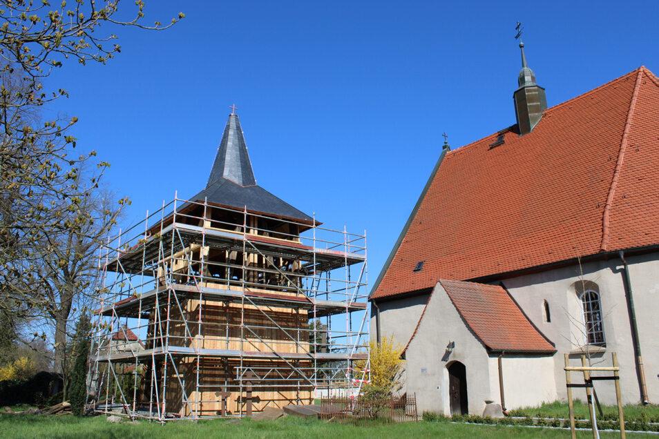 Am Glockenturm der Laurentiuskirche in Lauta Dorf ruhen derzeit die Zimmerer-Arbeiten. Denn es fehlt das benötigte Lärchenholz. Rund ein Drittel des Turmes ist noch zu verkleiden.
