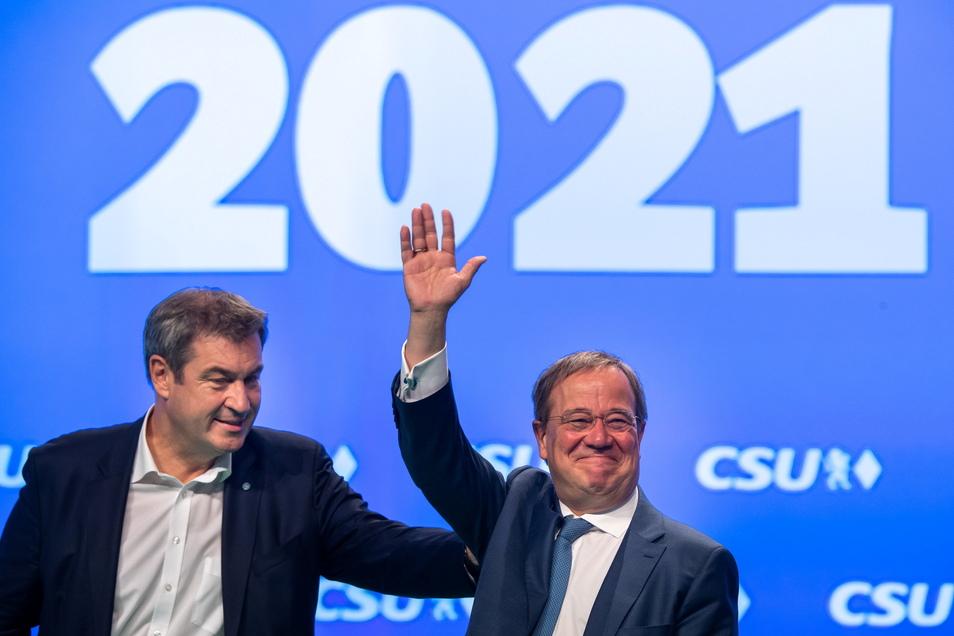 Markus Söder (l), CSU-Parteivorsitzender und Ministerpräsident von Bayern, und Armin Laschet, Unions-Kanzlerkandidat und CDU-Vorsitzender, stehen beim Parteitag der CSU gemeinsam auf der Bühne.