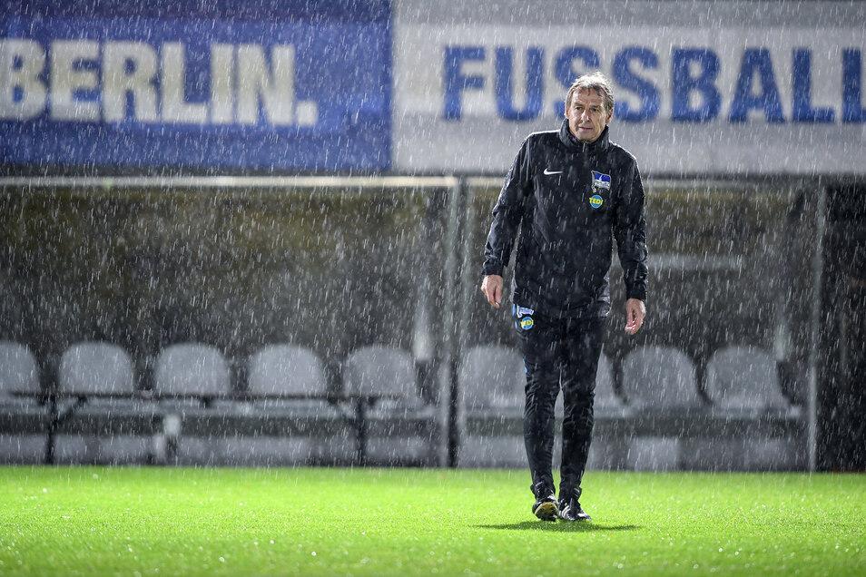 Jürgen Klinsmann lässt mit seinem unerwarteten Abgang die Hertha im Regen stehen.