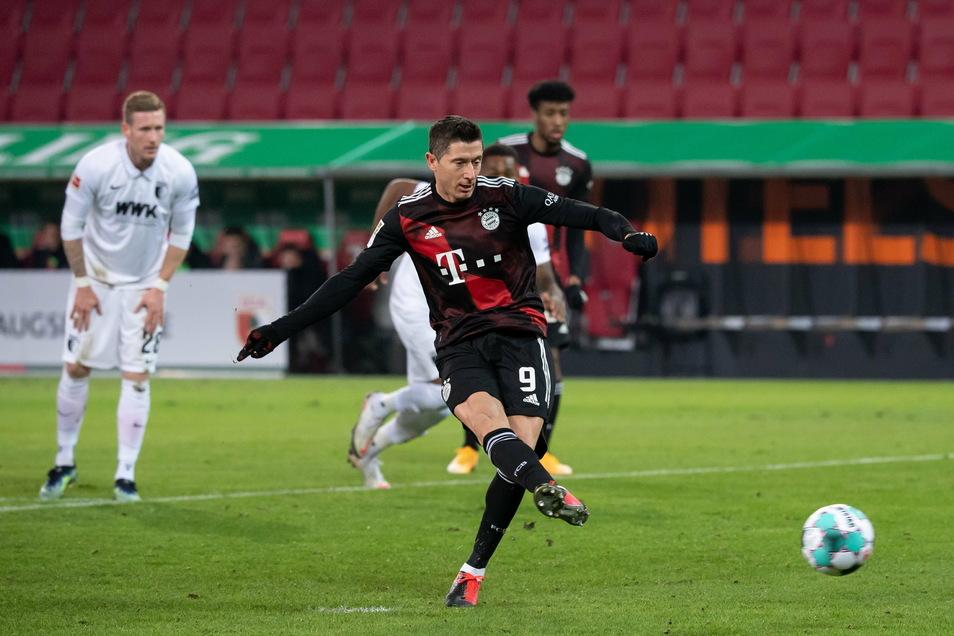 Münchens Robert Lewandowski trifft per Foulelfmeter zum 0:1 gegen Augsburg.