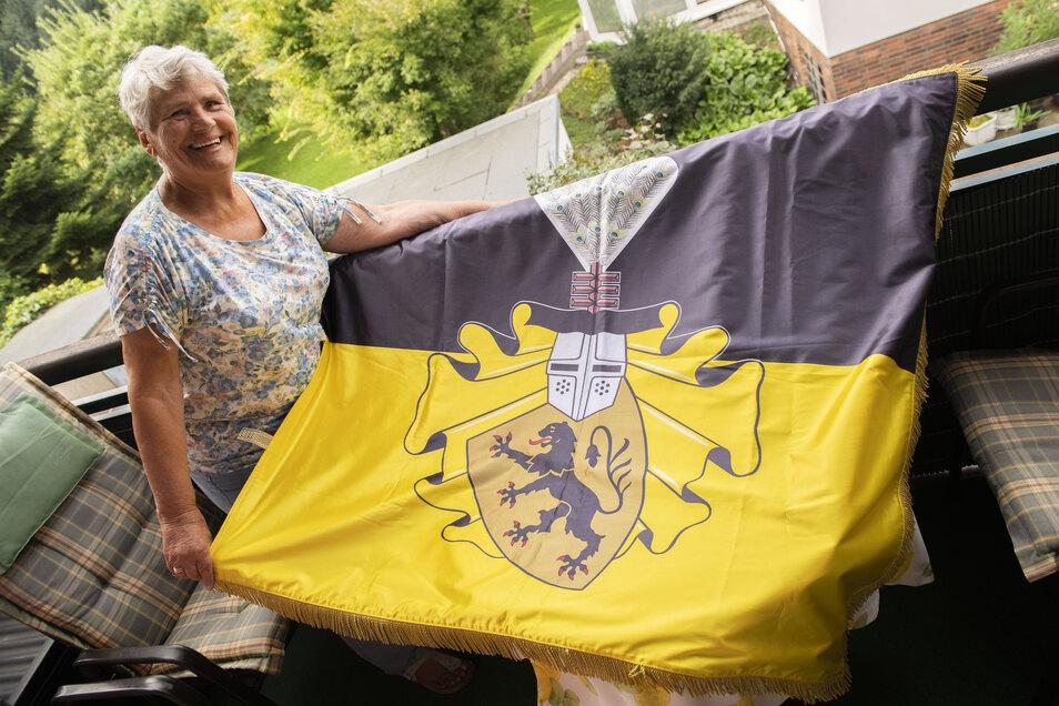 Maria Reinisch zeigt die Fahne, die sie der Stadt übergeben will.