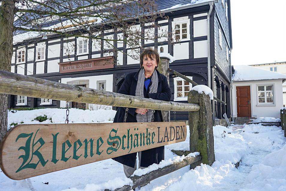 In der Kleenen Schänke betreibt Carola Arnold eine Koch- und Kulturwerkstatt. Bisher konnte sie im Winter nicht alle Räume nutzen. Jetzt bekommt das Gebäude eine Heizung. Dafür wurde das ehemalige Pförtnerhaus (r.) vom Motorenwerk saniert.