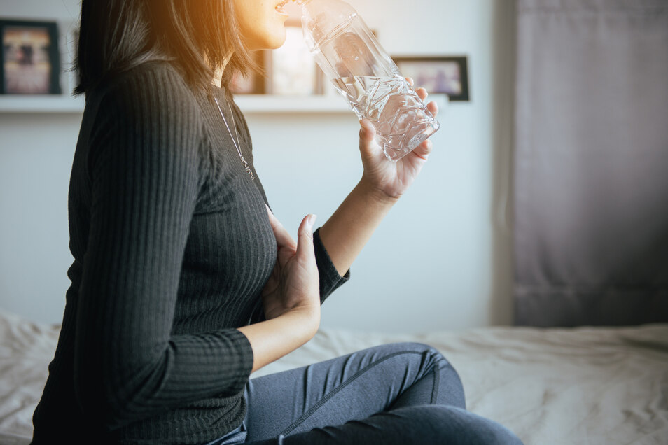 Manchmal lindert schon ein Glas Wasser die Beschwerden. Doch nicht immer ist es damit getan.