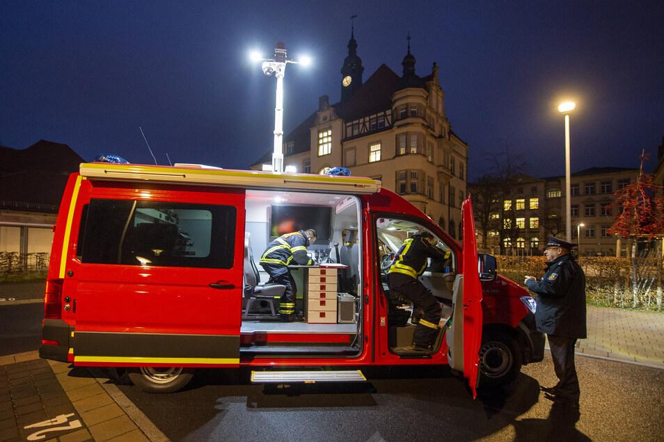 Mit 180 PS und Allradantrieb kommt der Einsatzwagen, wenn nötig, auch in unwegsames Gelände. Am Mittwoch wurde das Fahrzeug hinter dem Rathaus an die Feuerwehr übergeben.