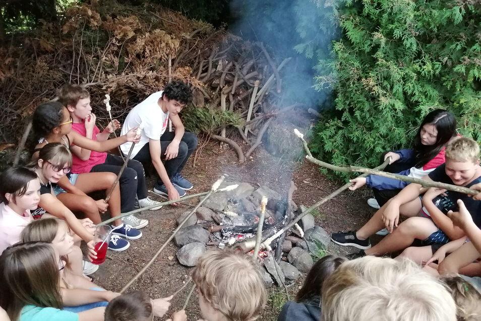 Quatschen am Lagerfeuer gehört im Ferienlager einfach dazu.